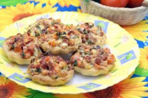 Закусочные корзинки с салатом