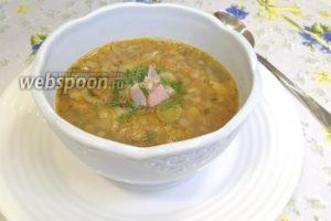 Густой суп из чечевицы и порея приготовленный на сковороде