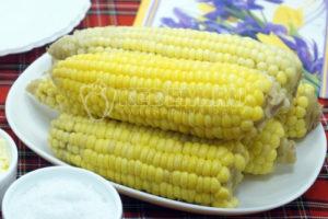 Вареная кукуруза со сливочным маслом