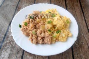 Яйца скрэмбл с жареной икрой трески