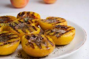 Персики со сливочным маслом и корицей на гриле